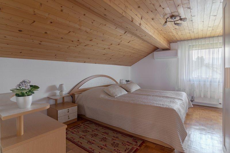 Un letto matrimoniale king size (180 x 200 cm) nella camera da letto con aria condizionata.