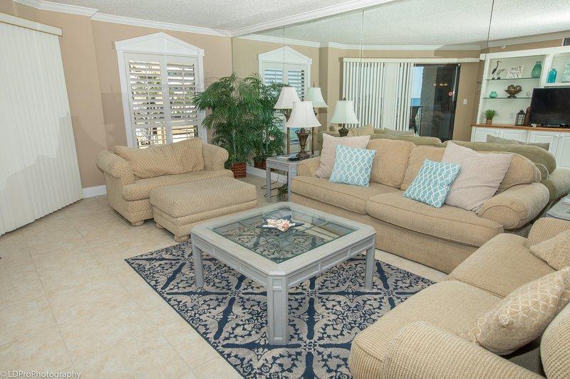 Furniture,Table,Indoors,Living Room,Room