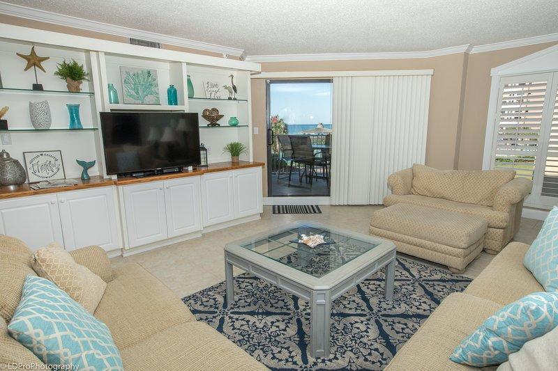 Furniture,Living Room,Indoors,Room,Table