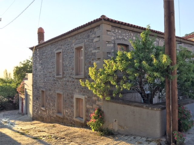 Una casa a due piani ben attrezzata con un ampio patio e garage chiuso - uno dei pochi nel villaggio.