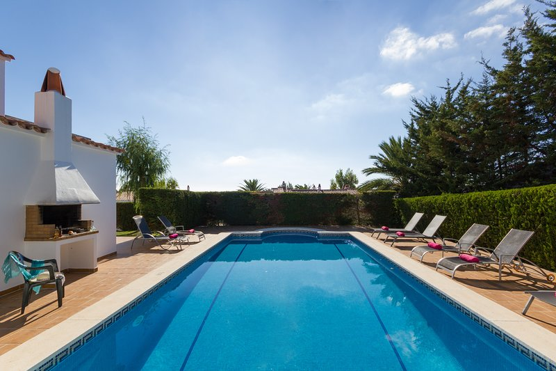 Villa Serena- prived large pool, Free WiFi and AC-, holiday rental in Santo Tomas