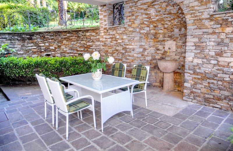 Apartment with nice arcade & garden, aluguéis de temporada em Stresa