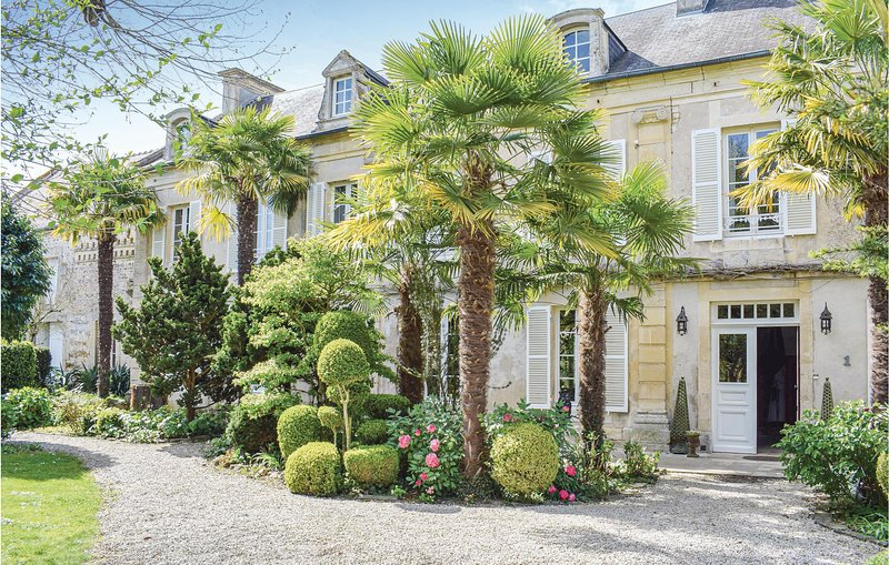 Beautiful home in Barbery with WiFi and 6 Bedrooms (FNC226), holiday rental in Potigny