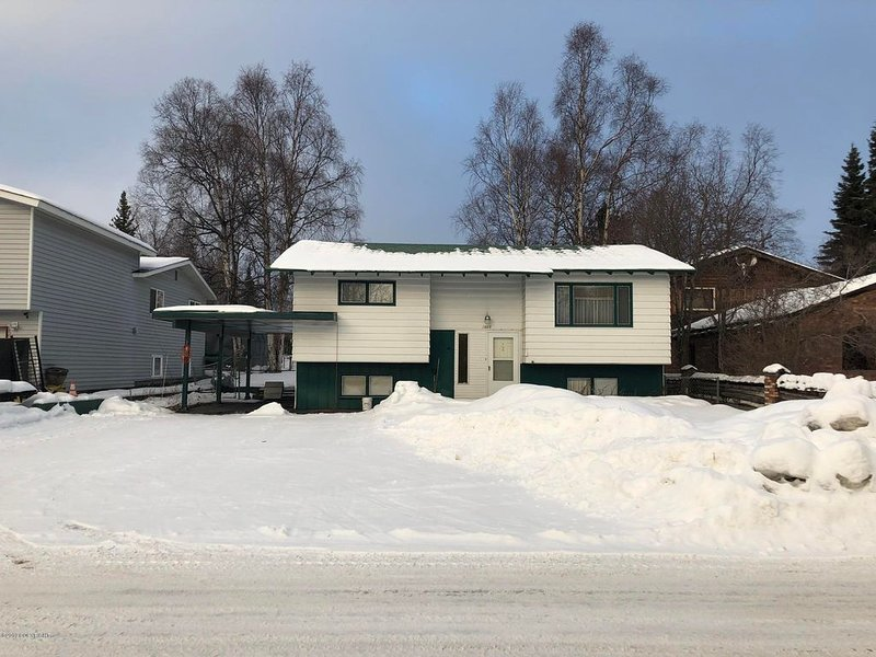 RV parking house by the Airport, holiday rental in Anchorage