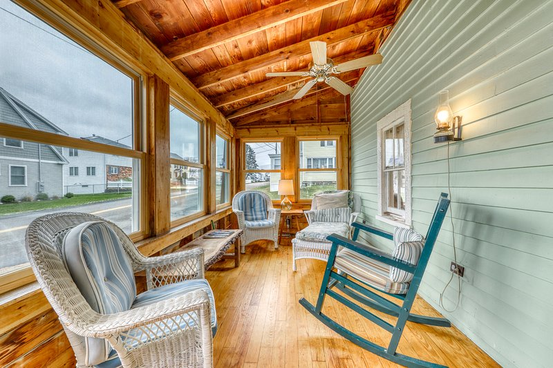Charming oceanfront cottage w/enclosed porches, steps to the water! Dogs OK!, vacation rental in Chestertown