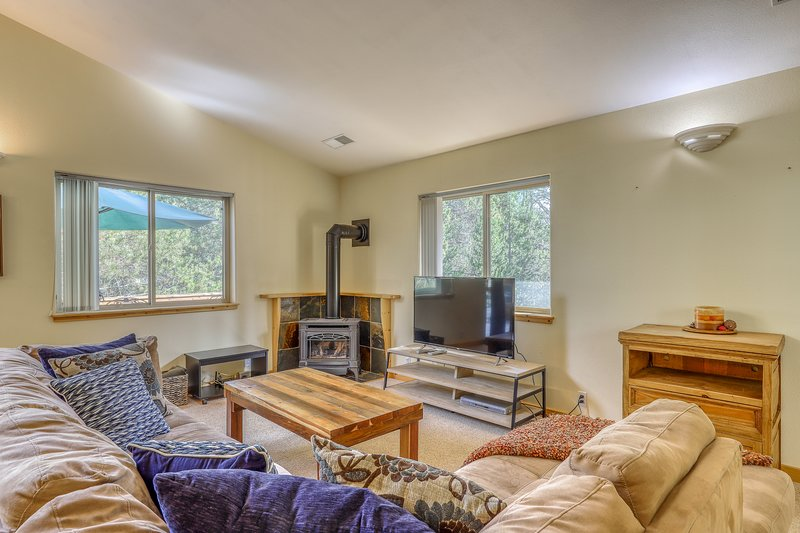 Family-friendly condo w/spacious deck, shared pool, hot tub, tennis, forest view, holiday rental in Truckee