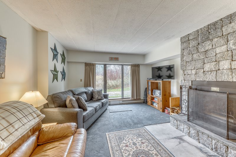 Condo with seasonal shared pool, hot tub, steam room, firepit, & fitness center, location de vacances à Barnard