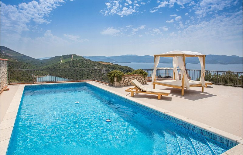 Stunning home in Kremena with WiFi and 3 Bedrooms (CDR175), casa vacanza a Duba