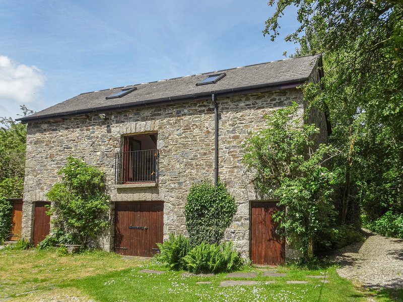 TOWNEND BARN, elegant cottage with wood burning stove and grand piano, close to, holiday rental in Lydford