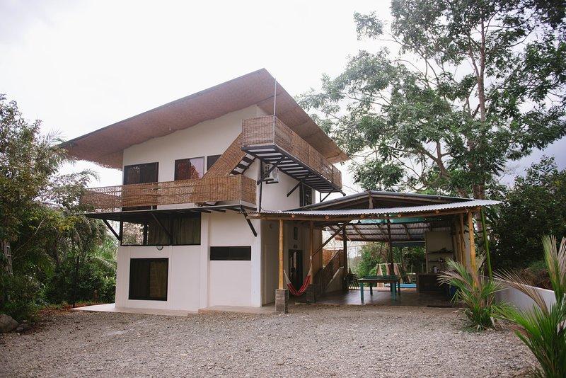 FAMILY TREEHOUSE - POOL - AC - ZIPLINE, location de vacances à Naranjito