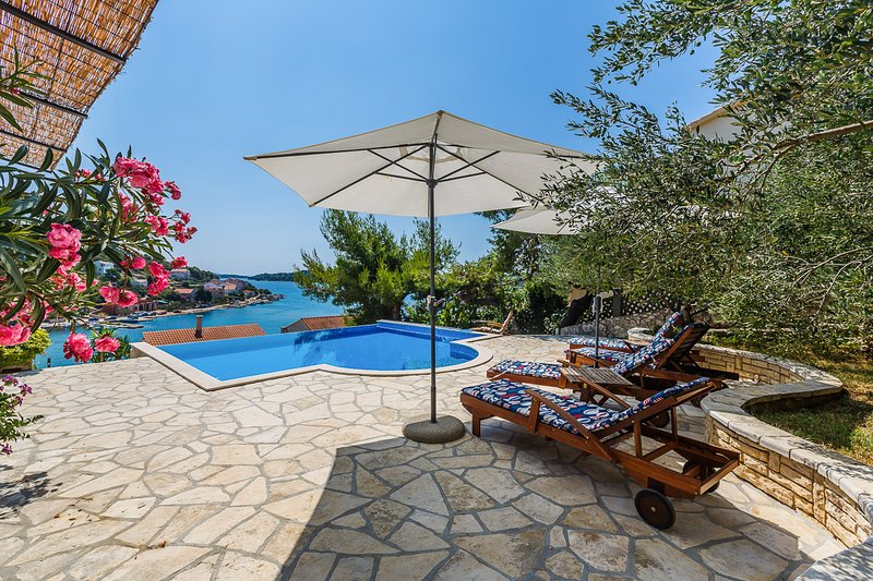 Tisno Villa Sleeps 9 with Pool and Air Con - 5818191, vakantiewoning in Tisno