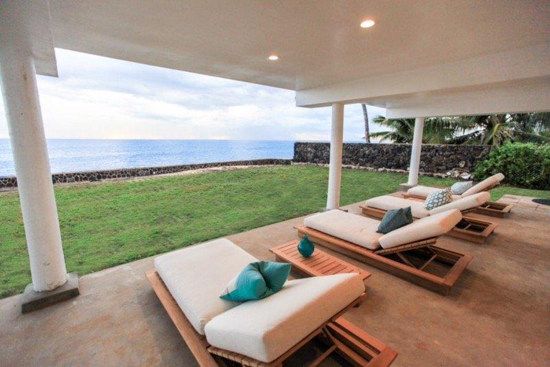 Feel the Ocean Breeze; Gorgeous view. Sandy beach steps away. Ocean front., holiday rental in Makaha
