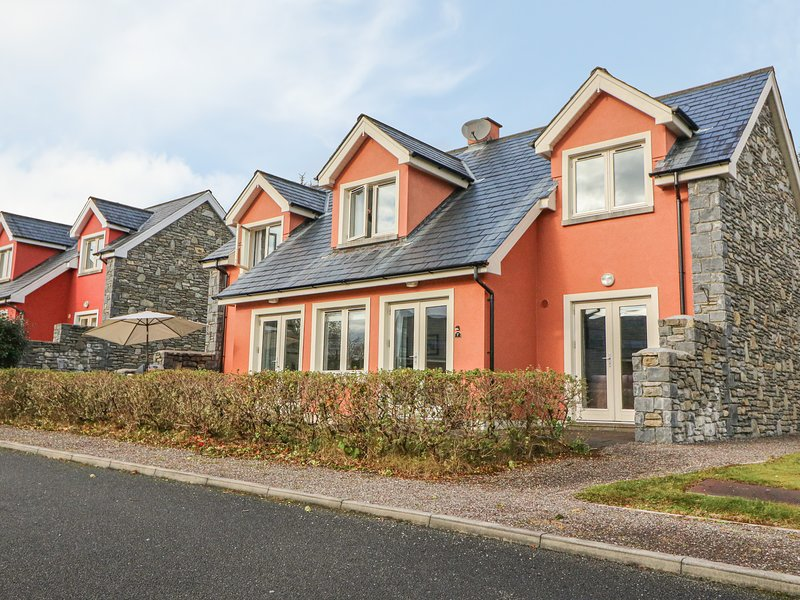 RING OF KERRY GOLF CLUB COTTAGE, en-suite bedroom, 2 sitting rooms, detached, aluguéis de temporada em Kenmare