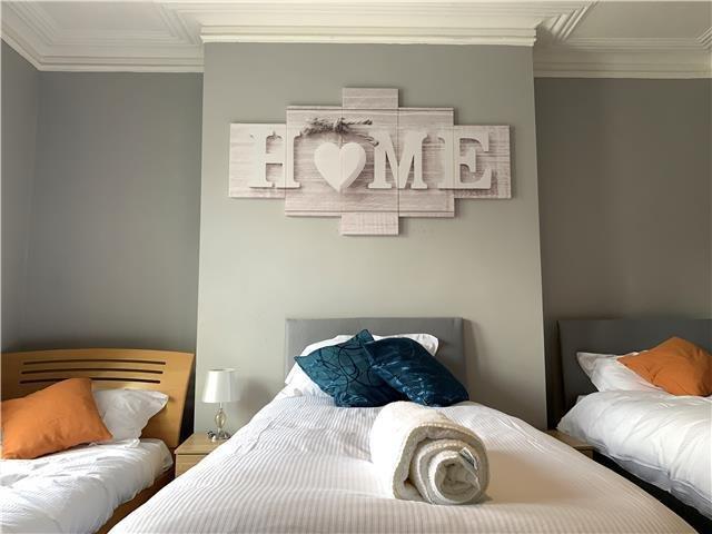 Camera tripla con pareti dipinte in modo accogliente