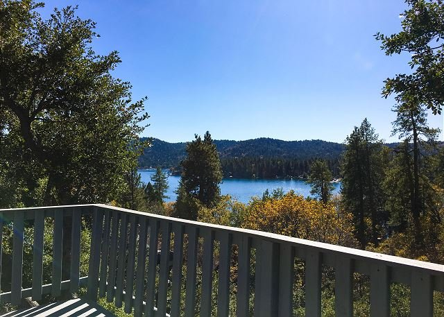 Updated Lakeside Villa with Gorgeous Balcony Views & Billiard Room, vacation rental in Lake Arrowhead