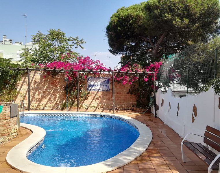 Amazing villa with swimming-pool, holiday rental in Palos de la Frontera