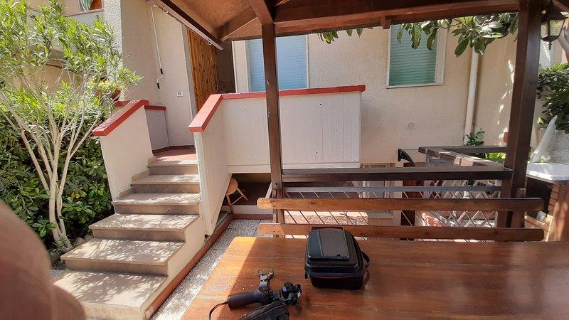 VADA (LI) RESIDENZIALE TERRATETTO A 300 MT DAL MARE 8 POSTI LETTO, holiday rental in Malandrone