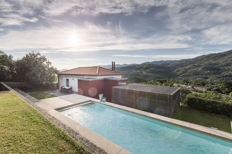 Amazing house with swimming-pool, casa vacanza a Caldelas