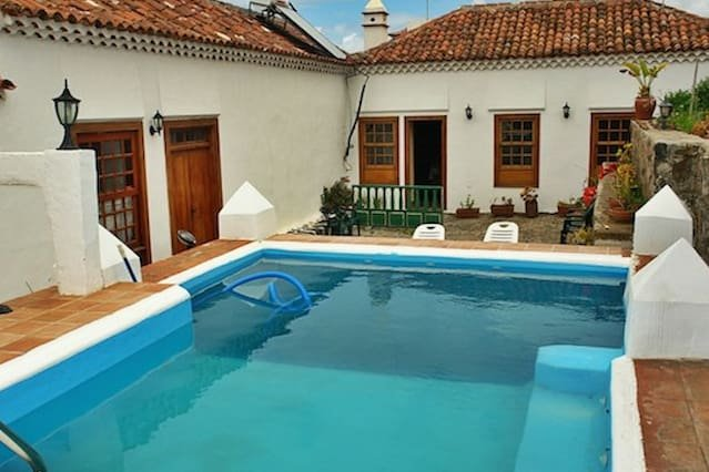 Amazing house with shared pool, casa vacanza a Guamasa