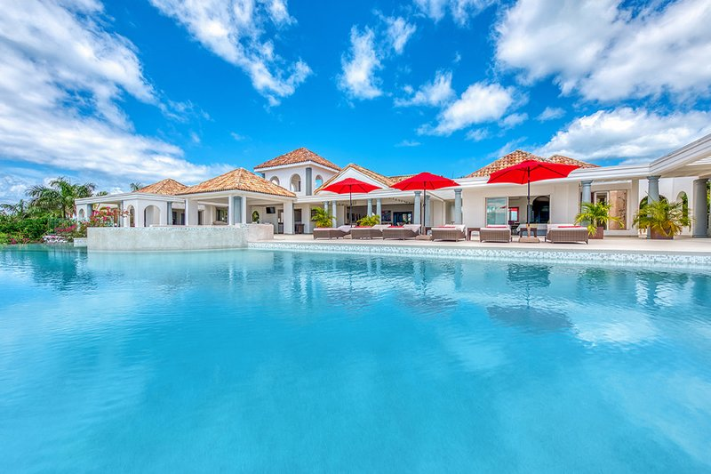 JUST IN PARADISE... Fabulous luxury 3 BR  villa in Terres Basses with gorgeous v, holiday rental in Terres Basses