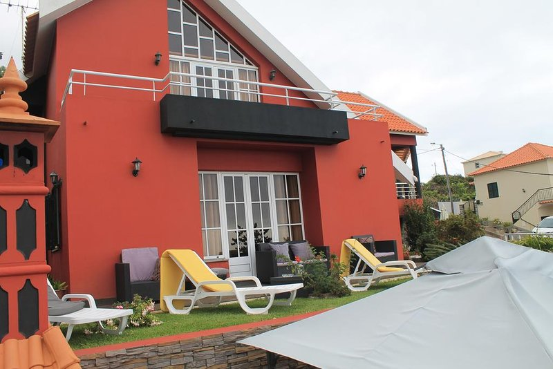 Spacious house with sea view & Wifi, Ferienwohnung in Canhal