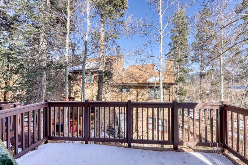 Multi-level condo w/great mountain views. Close to bus stop, dining & shopping, location de vacances à Silverthorne