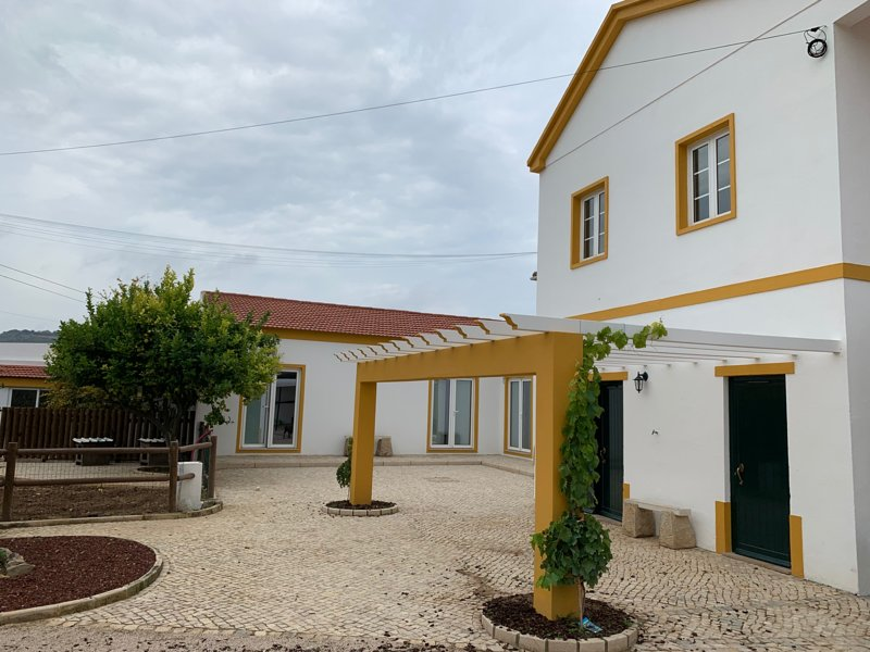 Beautiful house with pool access, location de vacances à Vila Franca de Xira