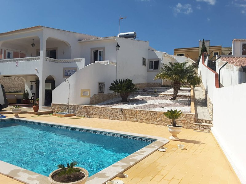 Spacious villa with swimming-pool, holiday rental in Espiche