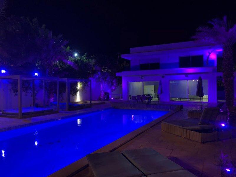 luxe villa 6 chambre + salon piscine olympique, location de vacances à Eilat