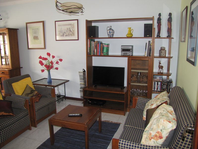 Beautiful apt with balcony & Wifi, location de vacances à Ofir