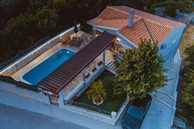 Big villa with swimming-pool & Wifi, alquiler vacacional en Zagvozd
