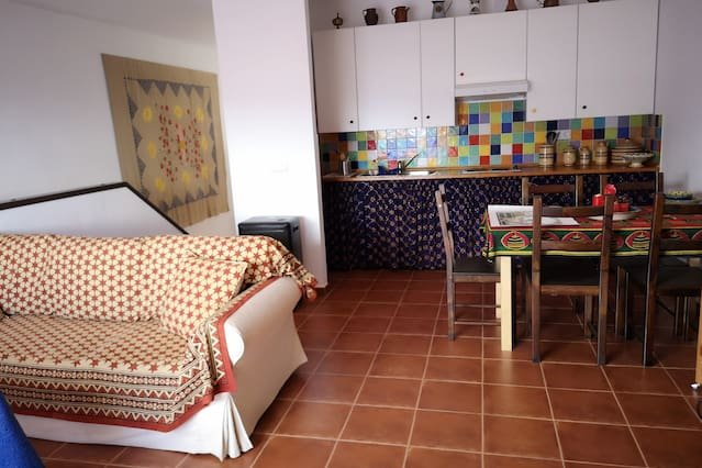 Spacious house with mountain view, location de vacances à Benamahoma