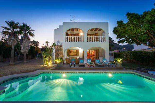 Spacious house with swimming-pool, aluguéis de temporada em Es Canar