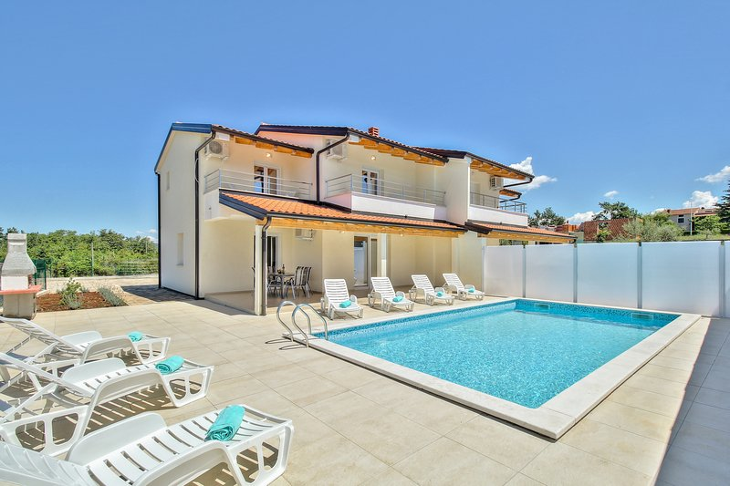 Spacious house with swimming-pool, vacation rental in Kastel