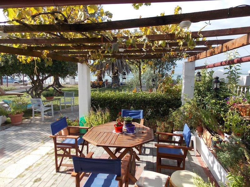 Big house with sea view & terrace, location de vacances à Nea Triglia