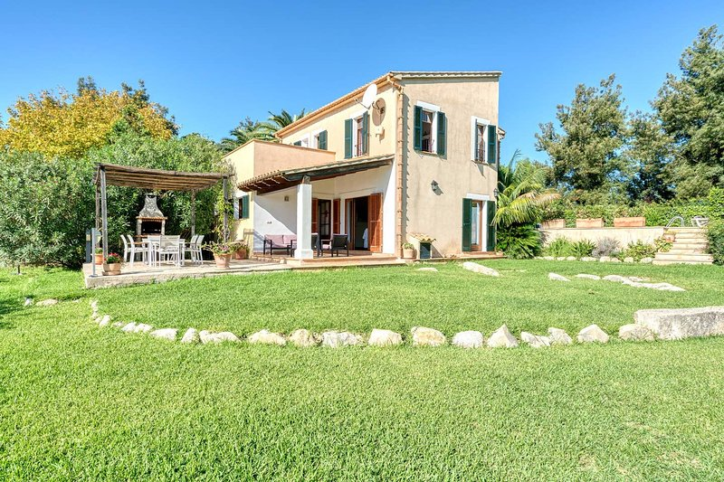 Villa Vertent, very quiet location  at 5 km from Alcudia beach., holiday rental in Alcudia