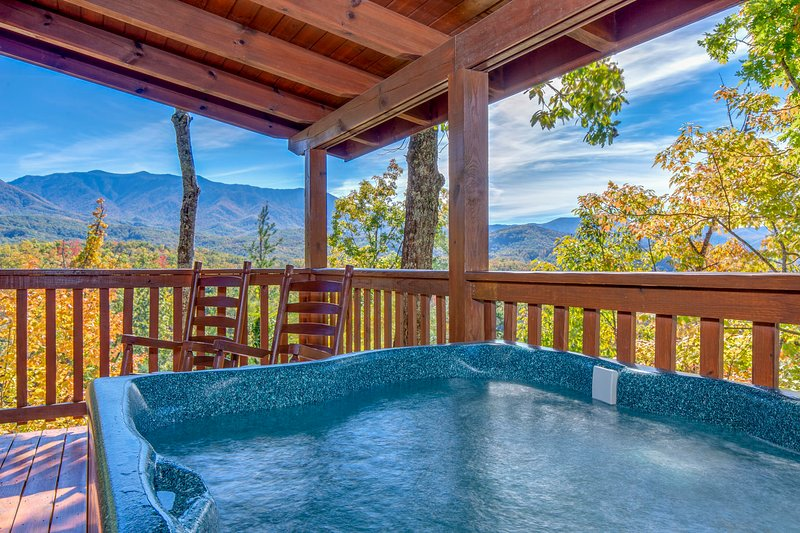 'Breathtaking View' Cabin w/Covered Deck & Hot Tub, vacation rental in Gatlinburg