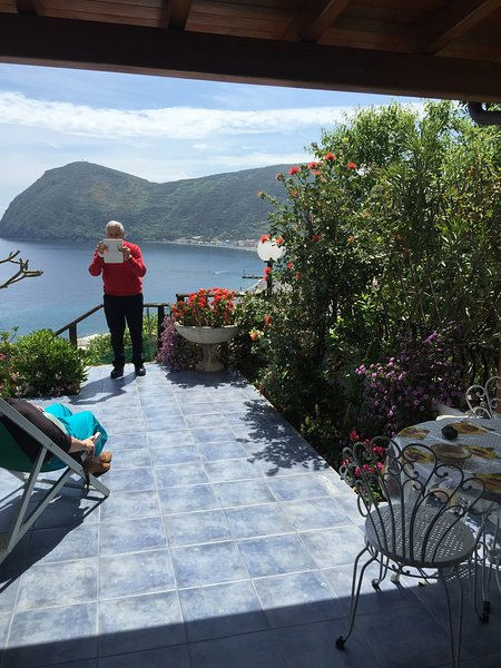 Beautiful apt with sea view & Wifi, location de vacances à Quattropani