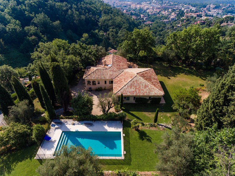 Big villa with swimming-pool & Wifi, holiday rental in Coursegoules