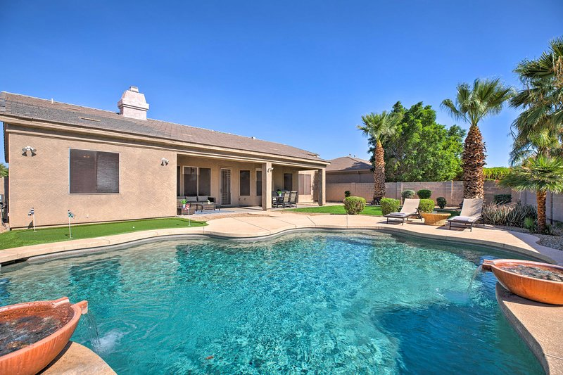 Luxe House 5 Mi to Goodyear, Mins to Golf & Hike!, alquiler vacacional en Avondale