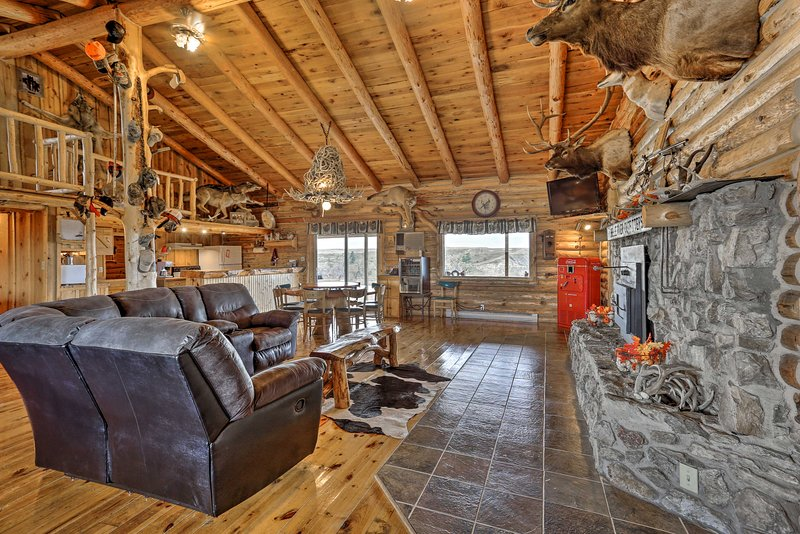 NEW! Custom Belle Fourche Cabin: Big Group Retreat, holiday rental in Belle Fourche