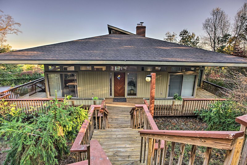 Home with Wraparound Deck + Blue Ridge Mtn Views!, location de vacances à Radford