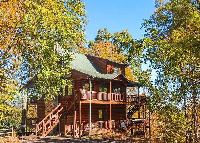 RiverView Relaxation - Gorgeous Log Cabin W/Seasonal River Views, holiday rental in Grassy Creek