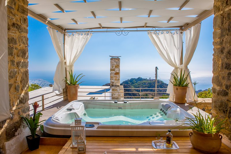 PASIPHAE ART COUNTRY  HOUSE with Jacuzzi and fantastic sea views, holiday rental in Tertsa