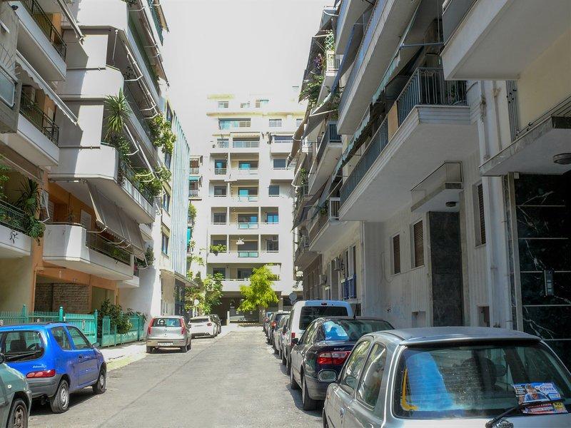 Localizado em uma pequena rua. Você pode encontrar facilmente espaço de estacionamento gratuito.