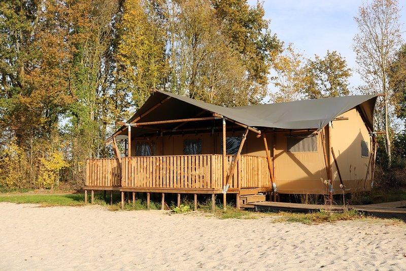 Onze Safari Beach Lodges staan op het strand met uitzicht over de visvijver!, alquiler vacacional en Bergentheim
