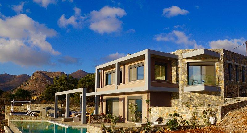 Brand new luxury villa with stunning views over Elounda and the mirabello bay, location de vacances à Fourni