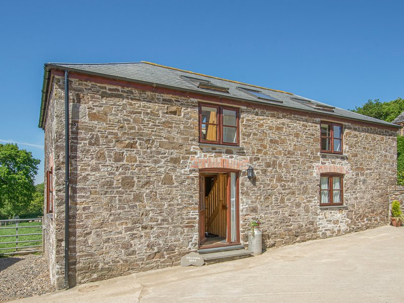 ORCHARD BARN, smart and modern farm cottage with enclosed garden and woodland, holiday rental in Sprytown