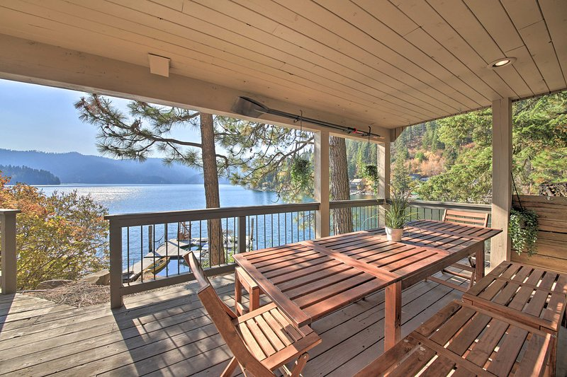 Waterfront Lake Studio with Deck + Beach Access!, holiday rental in Hayden Lake