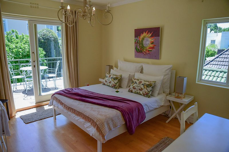 Queen Room with Mountain Views - On Pinewood Guest House, holiday rental in Bishopscourt